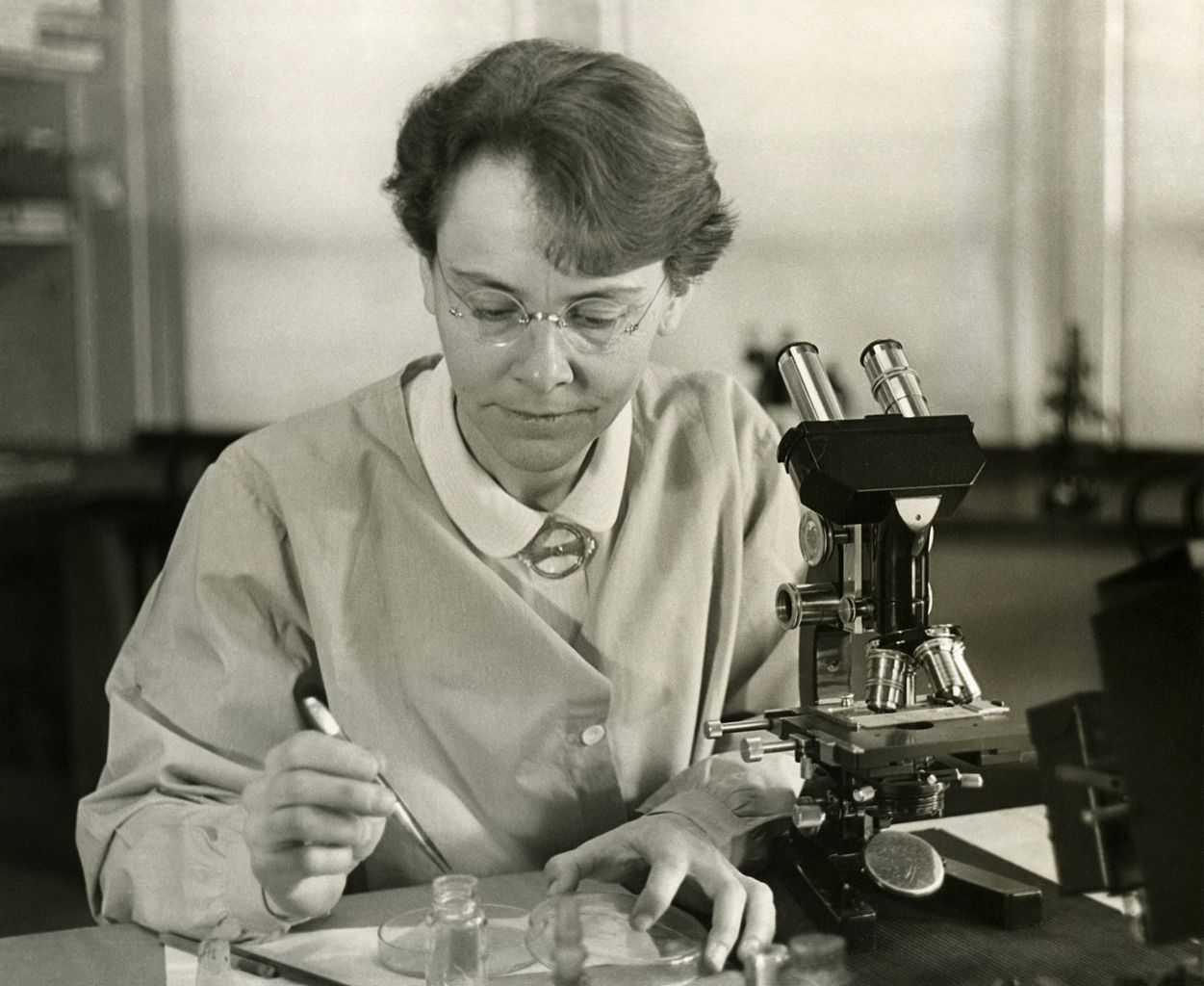 Barbara_McClintock_(1902-1992)_shown_in_her_laboratory_in_1947